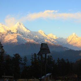 Vandringsresa-Nepal. Snötäckta bergstoppar