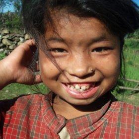 Vandringsresa Nepal, en glad flicka ler åt oss.
