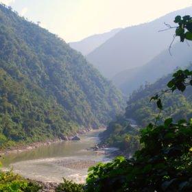Forspaddlingskurs Nepal. Vy av en flod i en grön dalgång