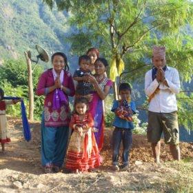 Forspaddlingskurs Nepal. En finklädd familj hälsar på oss.