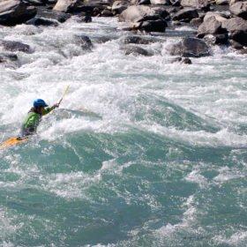 Forspaddlingskurs Nepal, paddlare på väg genom en fors