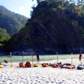 Forspaddlingskurs Nepal, kajaker uppradade på sandstrand.