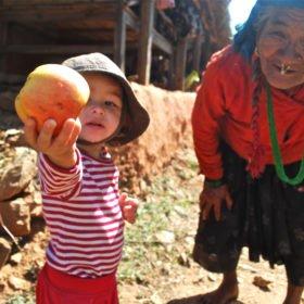 Tjejresa, en flicka och en äldre tand bjuder på ett äpple