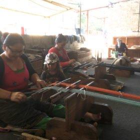Tjejresa Nepal, Kvinnor väver tyger sittande på golvet