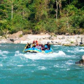 Tjejresa Nepal, en grupp paddlar en gummibåt, rafting, i en fors
