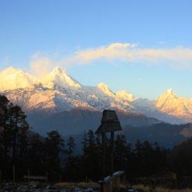 Tjejresa Nepal, vy av Annapurnabergen från Mohare Danda