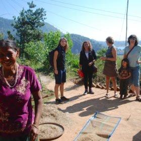 Tjejresa Nepal, en grupp kvinnor i en liten by