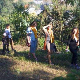 Tjejresa Nepal, en grupp vandrar på en liten stig
