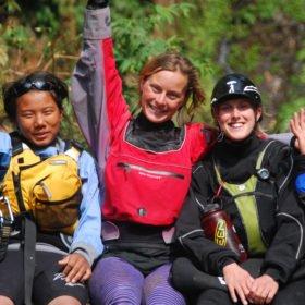 Tjejresa Nepal, en grupp tjejer i paddlingsutrustning