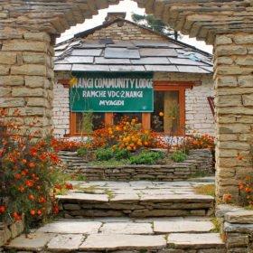 Tjejresa Nepal, ett litet gästhus byggt i sten