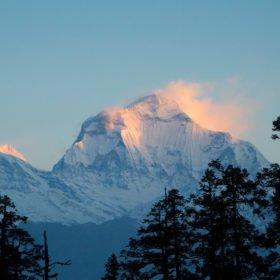 Tjejresa i Nepal, berget Dhaulagiri i solnedgången