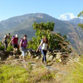 tjejer vandrar i Nepal, på tjejresa