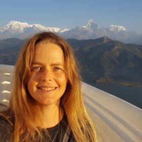 Paddlingsresa Nepal, Zindy Johansson med Annapurnabergen