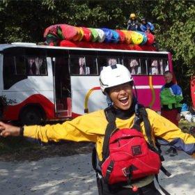 Paddlingsresa Nepal, buss med kajaker på taket och glad forsguide.