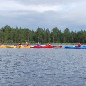 Äventyr i Sverige, färgglada kajaker på Flosjön i Dala-Floda