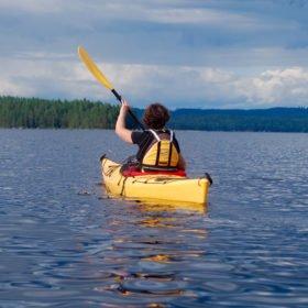 Äventyr i Sverige, kajakpaddlare på en sjö i Dala-Floda