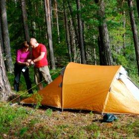 Äventyr i Sverige, par sätter upp ett tält i skogen