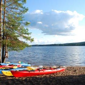 Äventyr i Sverige, kajaker på en strand vid en sjö