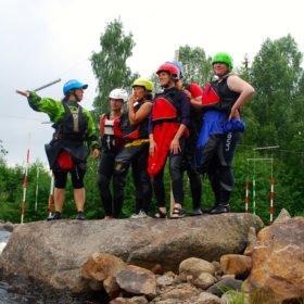 Äventyr i Sverige, grupp paddlare tittar på en fors