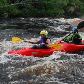 Äventyr i Sverige, paddling i dubbelkajak i en fors