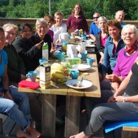 Äventyr i Sverige, gruppbild på en solig altan