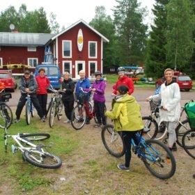 Äventyr i Dala-Floda, grupp redo för cykeltur genom byn