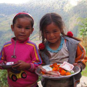 Annapurna Base Camp - flickor i en by firar en högtid