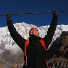 Annapurna Base Camp, kvinnlig vandrare glad att vara framme
