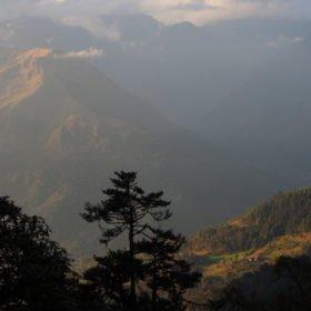 Bhutanresa, vacker vy av Bhutans kuperade landskap