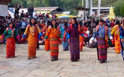 Bhutanresa, kvinnor dansar högtidsdans