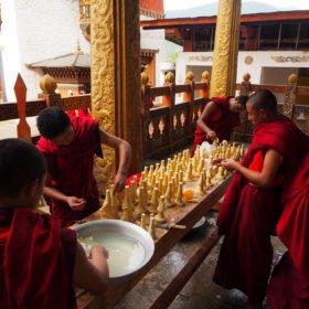Bhutanresa, munkar tillverkar ljus