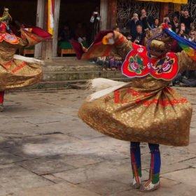 Bhutanresa, högtidlig dans i Jakar