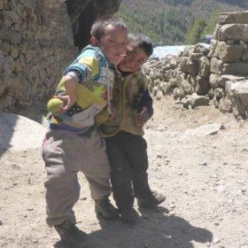 Små pojkar leker på stigen