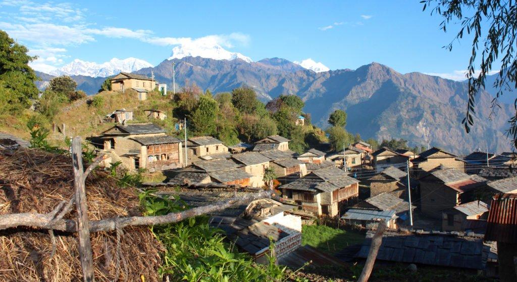 Gruppresa i Nepal, en av byarna vi passerar, Tikot.