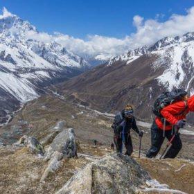 Ida Bäckström Nepal, vandrare kämpar sig uppför Kala Pathar