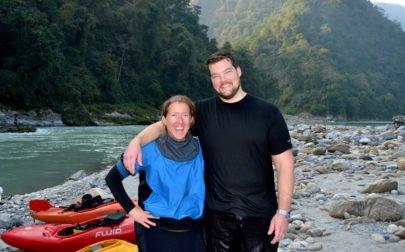 Nepalresa, Per och Cecilia på en strand vid en flod