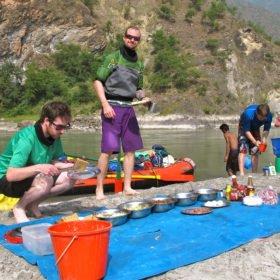 Sun Koshi, forspaddlingsresa, lunch på sandstrand