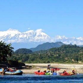 Vandra och paddla i Nepal, kajaker på väg ner i floden