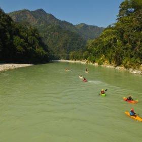Vandra och paddla i Nepal, kajakpaddlare på floden Seti