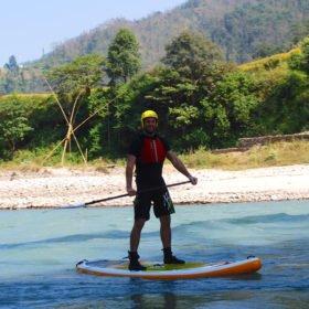Vandra och paddla i Nepal, Micke på SUP-bräda. Den första som paddlar SUP-bräda i Nepal?