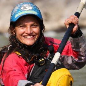 Vandra och paddla i Nepal. Guiden Sita, glad i kajaken