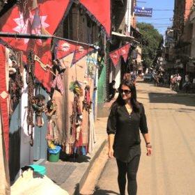 Återresa Nepal, Karin utanför butik med nepalesiska flaggor