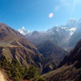 Vandringsleden mot Island Peak. Det vackra berget är Ama Dablam.