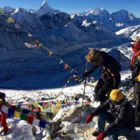 böneflaggor och bergsbestigare en solig dag i bergen