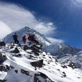 Snö på stigen mot Island Peak