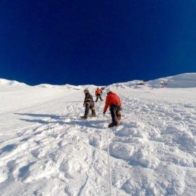 På väg upp för snöbeklädd vägg på Island Peak