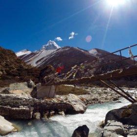 En bro på väg till Island Peak