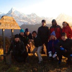 Ekovandring Nepal, gruppbild vid Mohare Danda med berg i bakgrunden