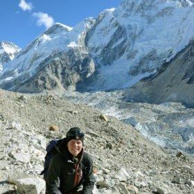 Everest Basecamp, Maria njuter av solen bland vita bergstoppar