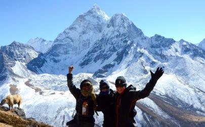 Everest Basecamp, glada vandrare, berg och jak